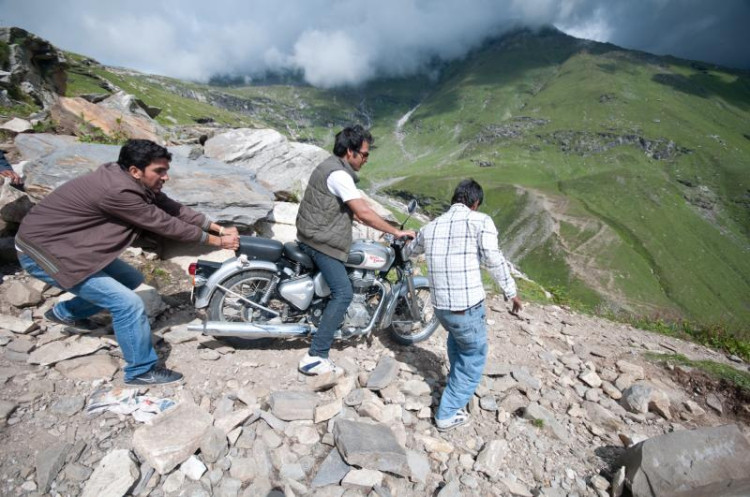 motorcycle trip in Himachal dirt road Manali to Keylong