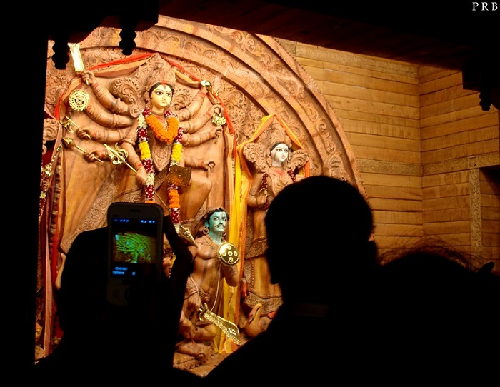 clicking-durga-puja-pictures-on-mobile